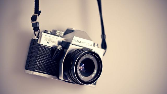 壁に掛けられたカメラ