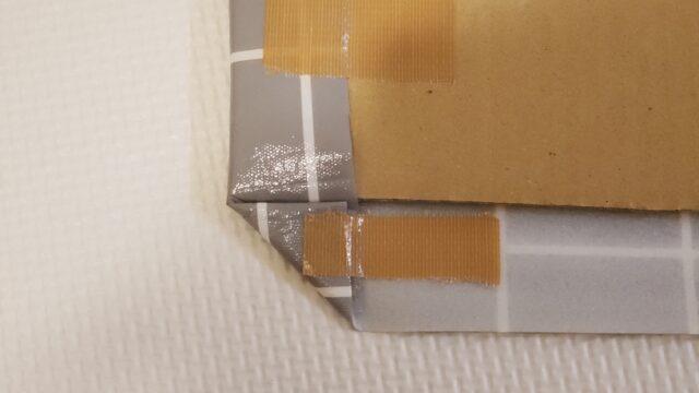 角を三角に折ってガムテープで止める
