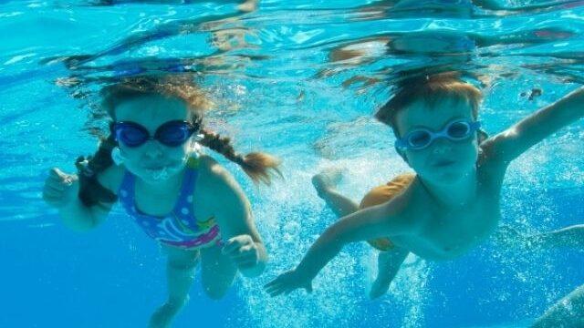 プールに潜る男女の子供