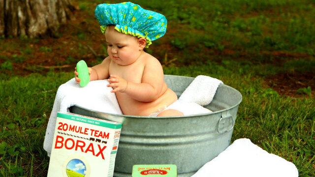 洗い桶に入った赤ちゃん