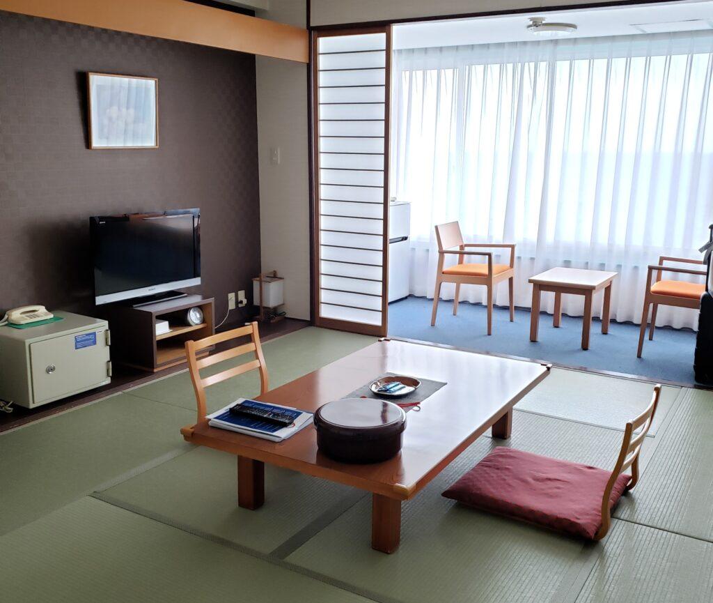 ホテルの広い和室の部屋
