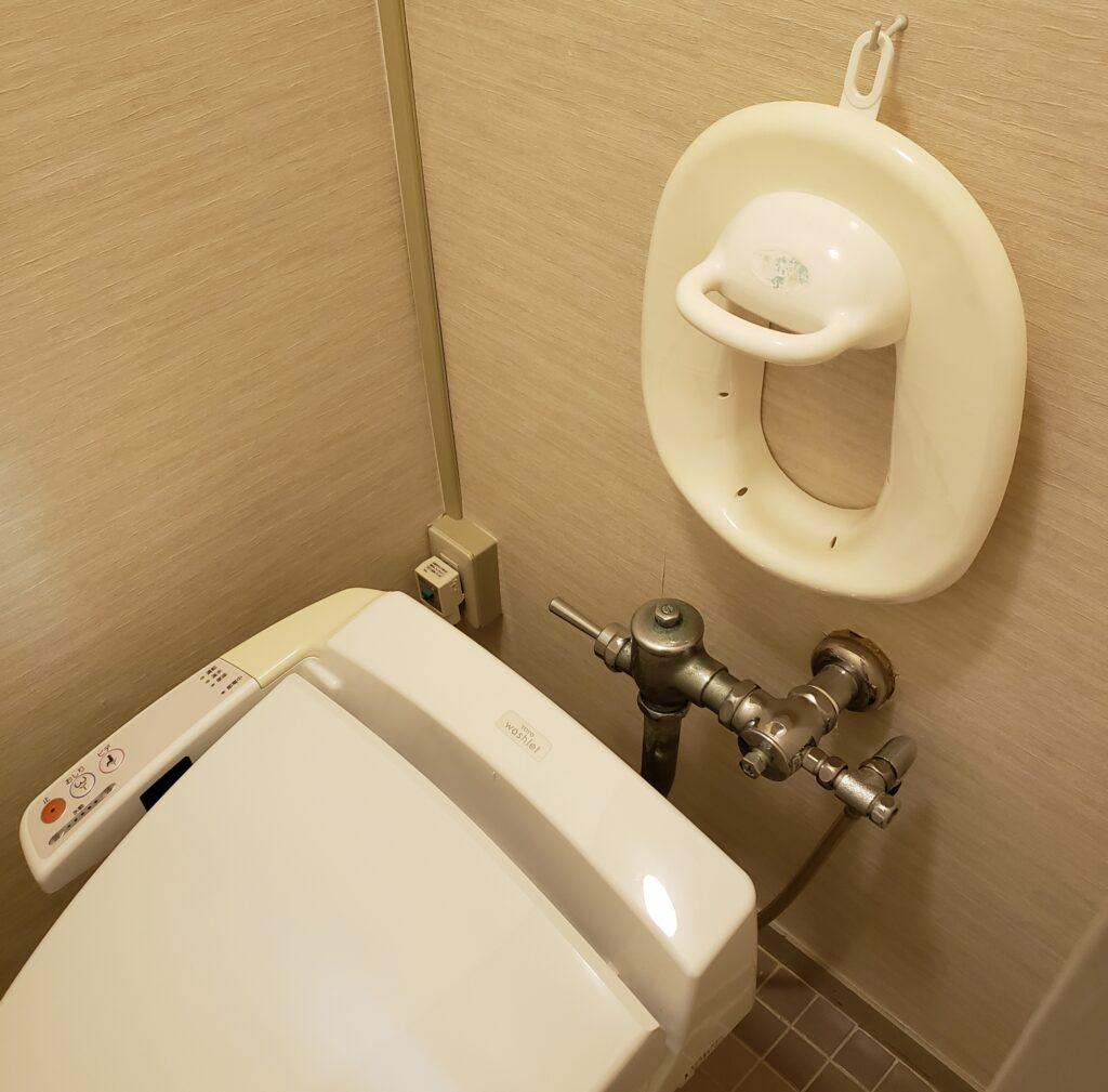子供用の補助便器付きのトイレ