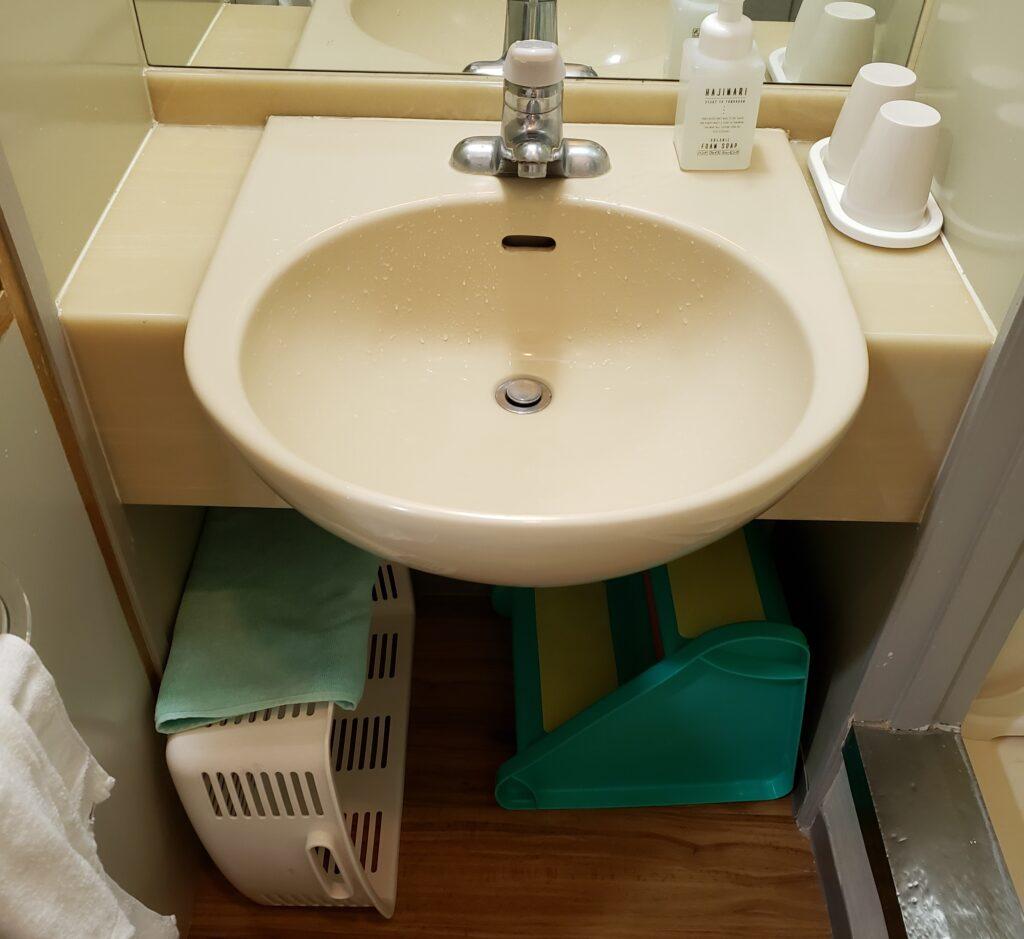子供用の踏み台の置いてある洗面所