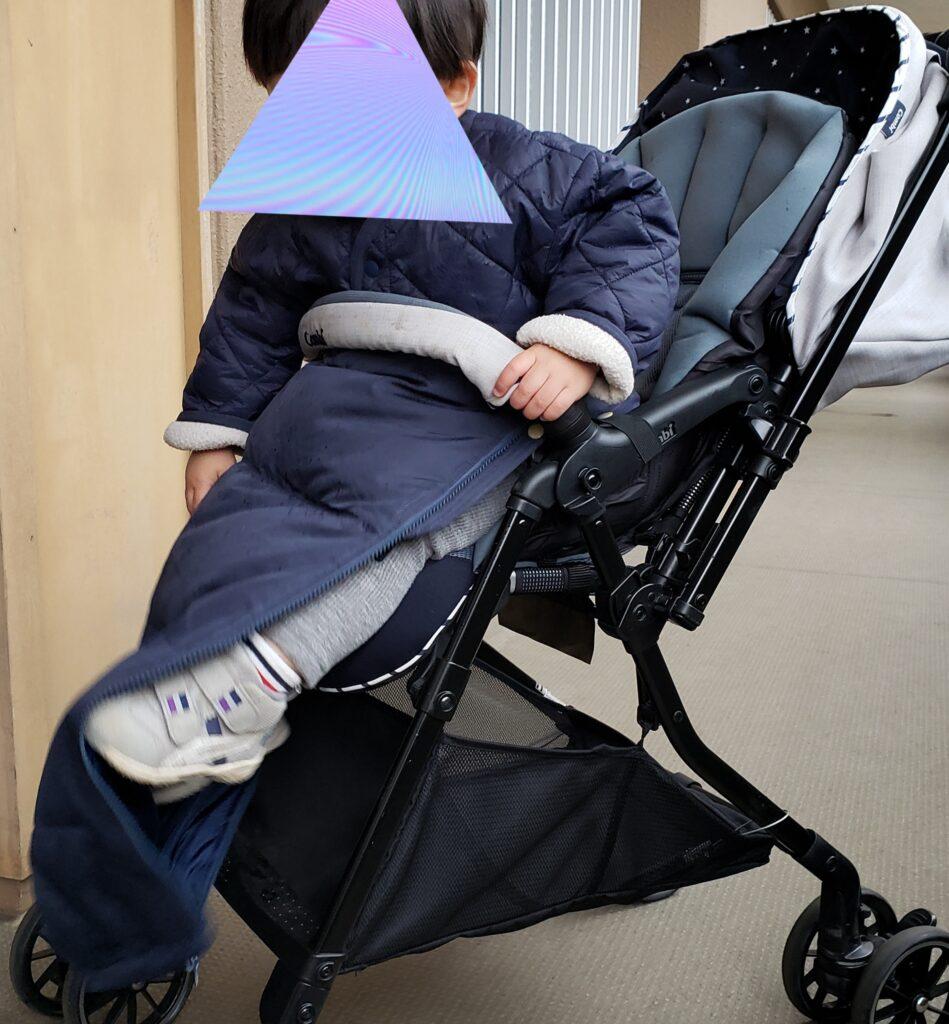 横から見たベビーカーに乗る赤ちゃん