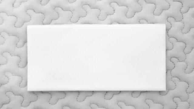 白いカーペットの上に置いてあるゼッケン