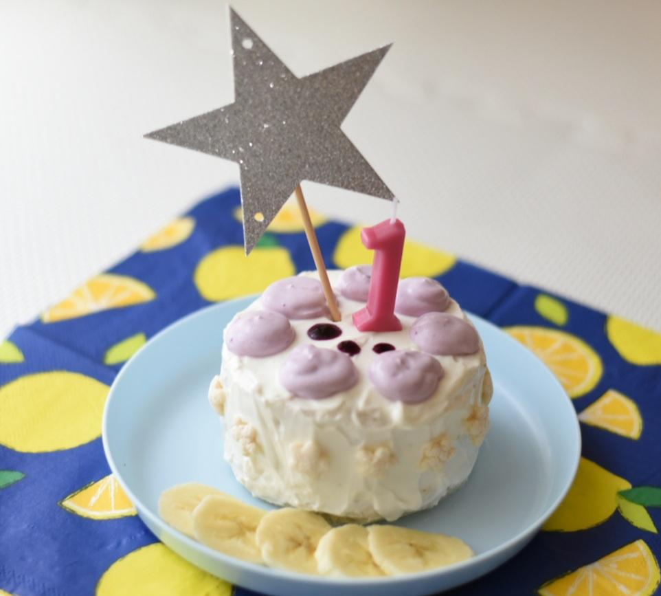 星の飾りの付いた1歳の誕生日ケーキ