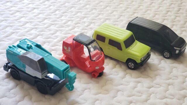 並んだ4台のオモチャの車