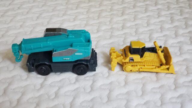 縦に並んだクレーン車とブルドーザーのオモチャ
