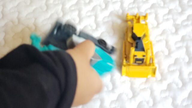 車のオモチャを握る子供の手