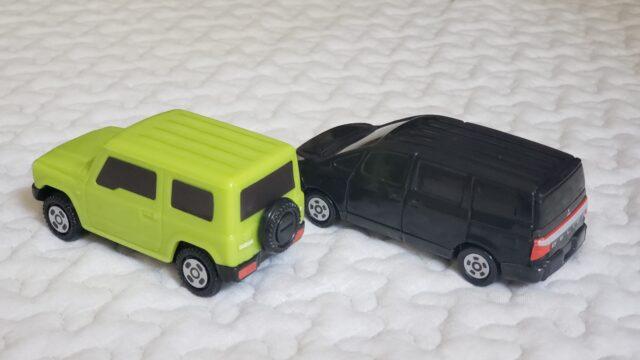 並んだ2台の後ろ向きのオモチャの車