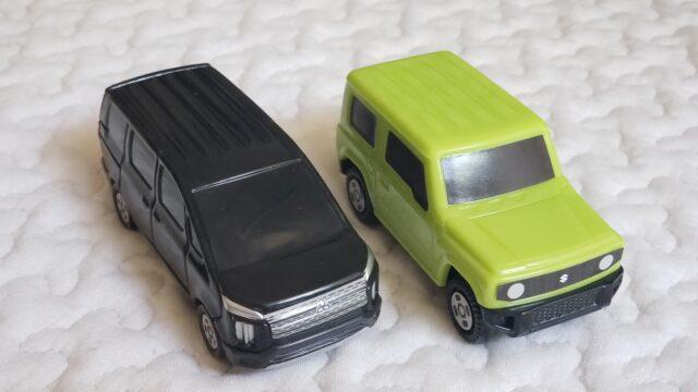 黒と緑の並んだ2台のオモチャの車