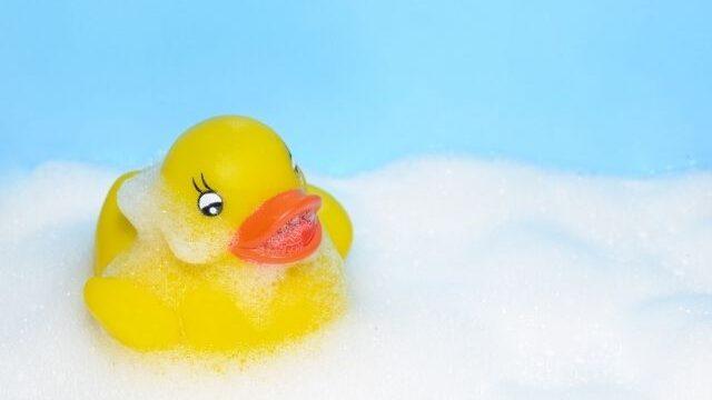 お風呂に浮かぶ黄色いアヒルのおもちゃ