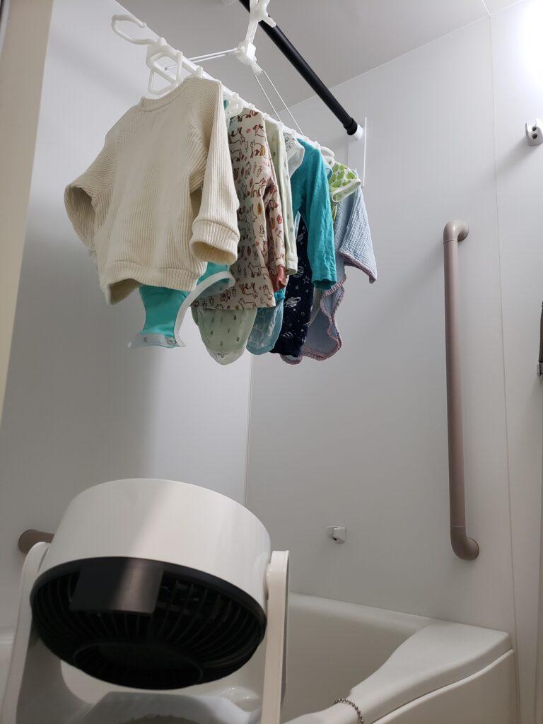 サーキュレーターと浴室で干している洗濯物