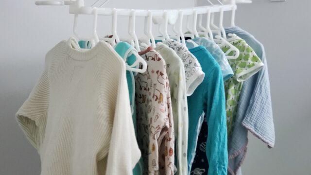 赤ちゃんの服が干してある白いハンガー