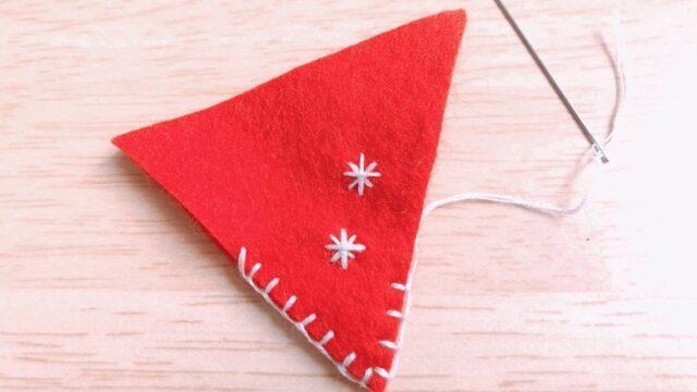 赤い三角のブランケットステッチがされたフェルト
