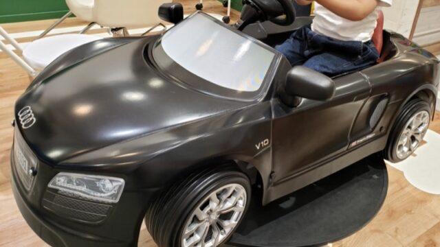 子供用美容室の黒い車型カット椅子