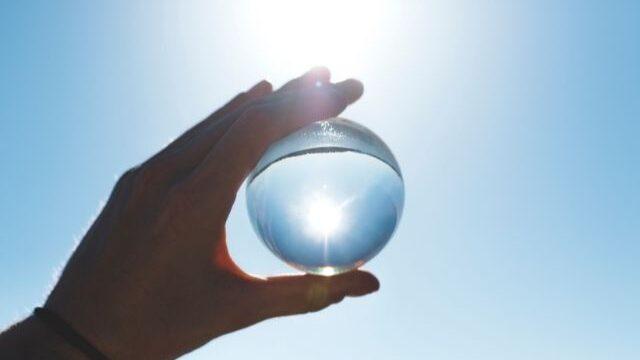 太陽にかざす透明なポール