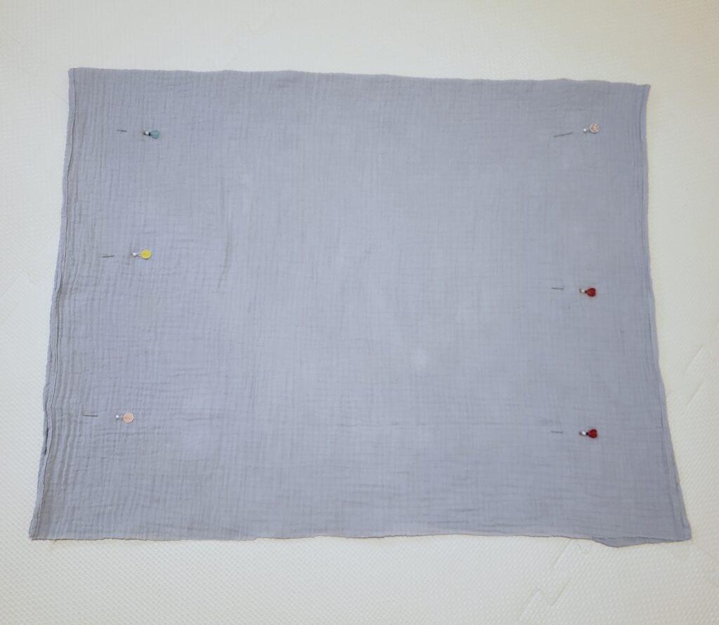 ガーゼバスタオルを半分に折ってまち針で固定