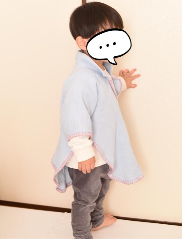 バスタオルポンチョを着る80センチの子供