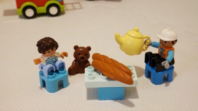 ブロックの人形のお茶会