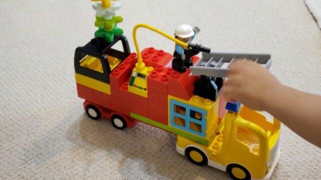 レゴで作ったカラフルな消防車