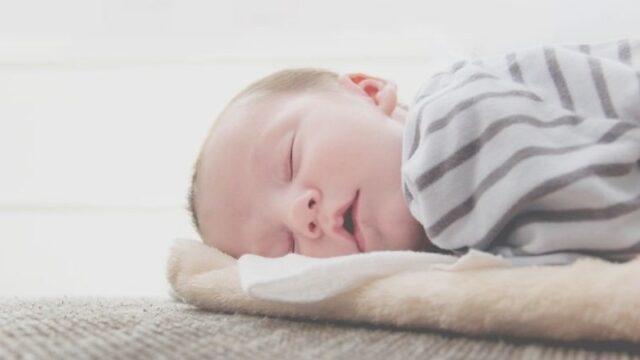 横になって眠る赤ちゃん